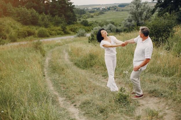 Lindo casal adulto passa o tempo em um campo de verão