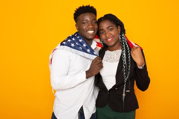 Lindo casal africano homem e mulher com bandeira americana