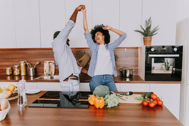 Lindo casal afro-americano cozinhando em casa lindo casal negro preparando o jantar