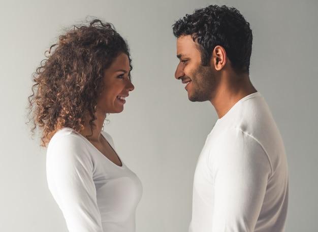 Lindo casal afro-americano está olhando um ao outro