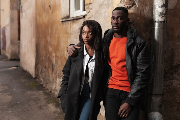 Lindo casal afro-americano tiro médio