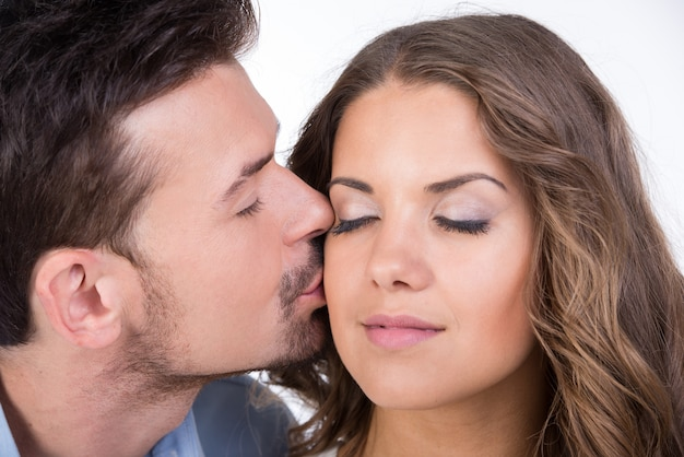 Lindo casal apaixonado beijando