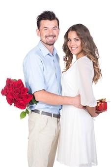 Lindo casal apaixonado com rosa