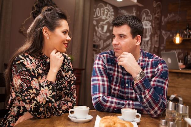 Lindo casal apaixonado em um encontro em um bar ou café vintage