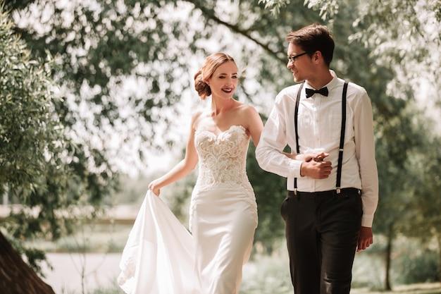 Lindo casal apaixonado em um passeio no parque da cidade. noiva e noivo