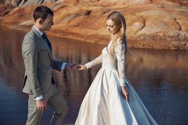 Lindo casal apaixonado em uma paisagem fabulosa, casamento na natureza, ama um beijo e um abraço. 14 de setembro de 2019