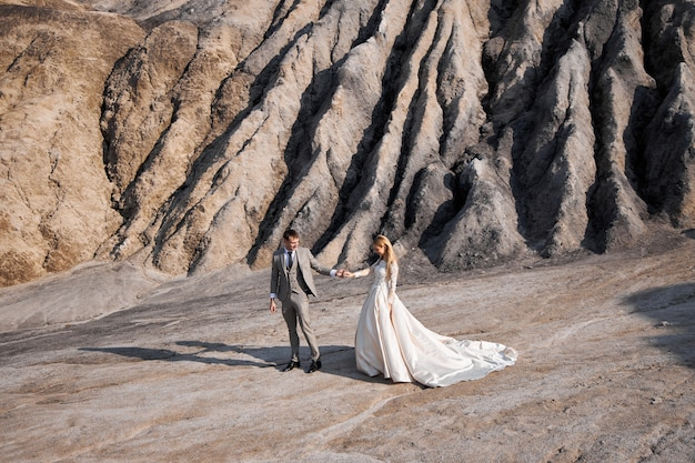 Lindo casal apaixonado em uma paisagem fabulosa, casamento na natureza, amor beijo e abraço