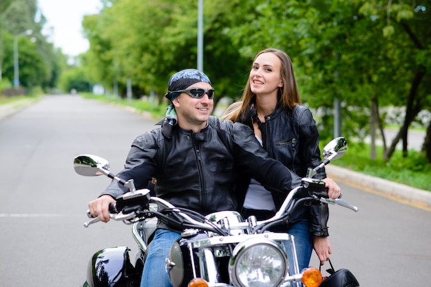 Lindo casal apaixonado está andando de moto.