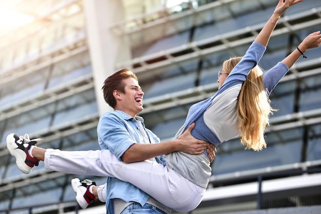 Lindo casal apaixonado, namorando ao ar livre e sorrindo. linda garota abraça o cara