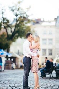 Lindo casal apaixonado namorando ao ar livre e sorrindo