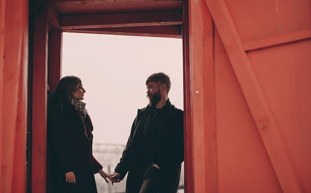 Lindo casal apaixonado namorando ao ar livre