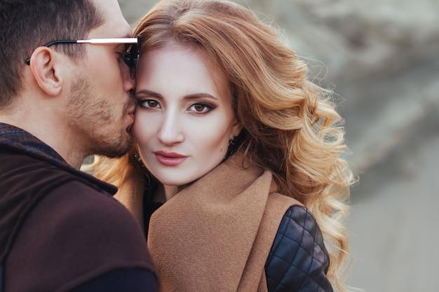 Lindo casal apaixonado no dia dos namorados