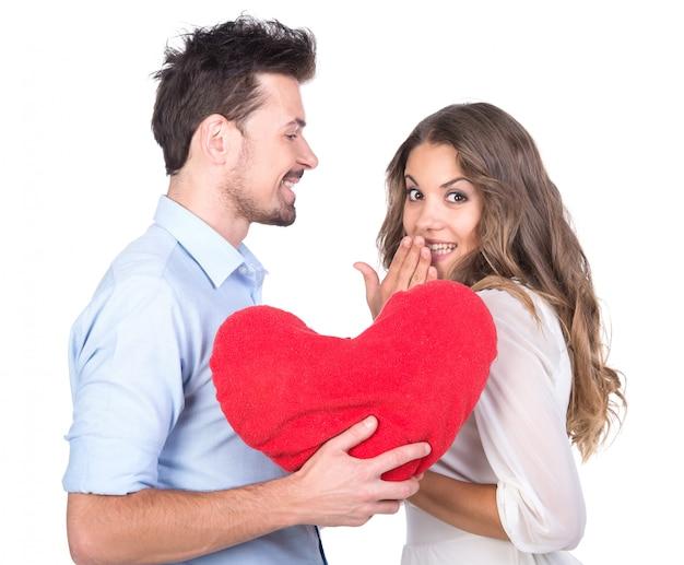 Lindo casal apaixonado por travesseiro de coração.