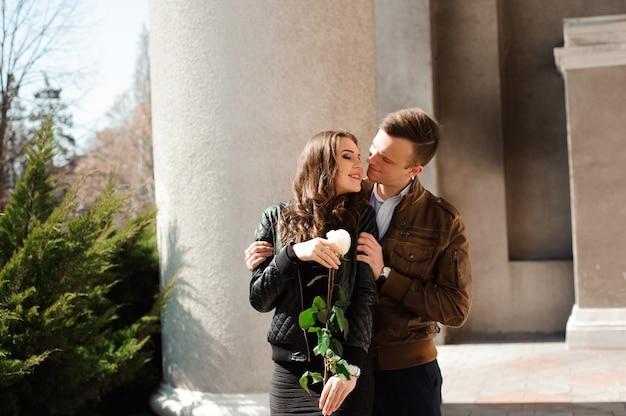 Lindo casal apaixonado posando ao ar livre na cidade.