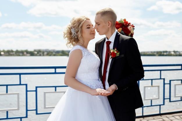 Lindo casal apaixonado registra um casamento e caminha ao longo do belo passeio