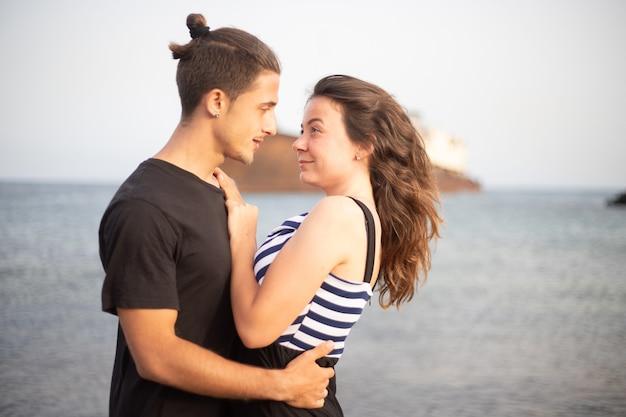 Lindo casal apaixonado se olhando sorrindo