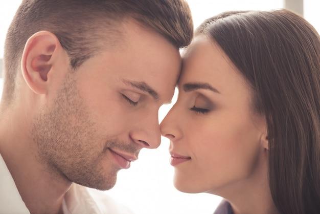 Lindo casal apaixonado tocando seus narizes