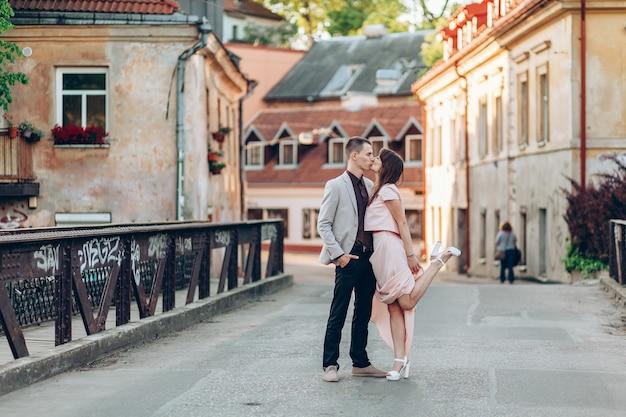 Lindo casal beijando na rua