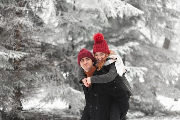Lindo casal brincando ao ar livre plano médio