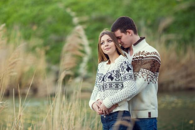 Lindo casal caminha no outono na natureza, sentimentos sinceros reais