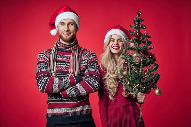 Lindo casal casado com roupas de ano novo, férias natal, estúdio