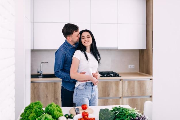 Lindo casal casado cozinha juntos na cozinha.