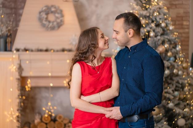 Lindo casal casado cumprimenta as férias de natal.