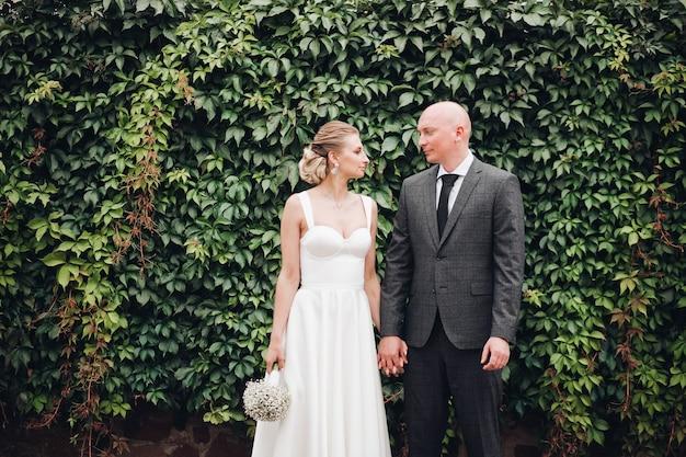 Lindo casal caucasiano de recém-casados sorrindo junto