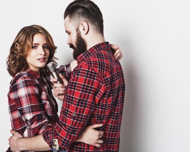 Lindo casal com microfone