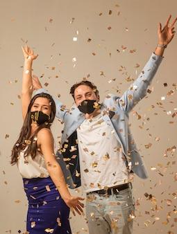Lindo casal comemorando o ano novo
