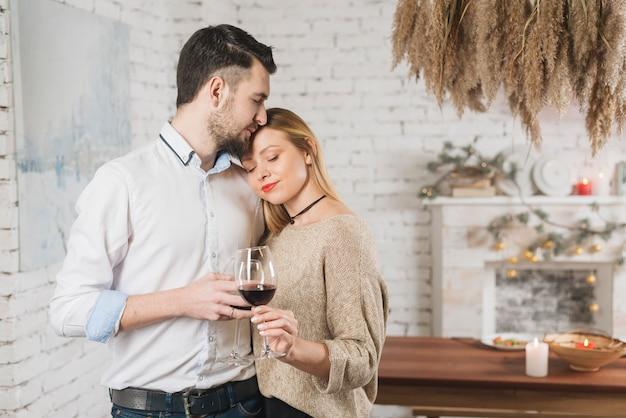 Lindo casal concurso com taças de vinho