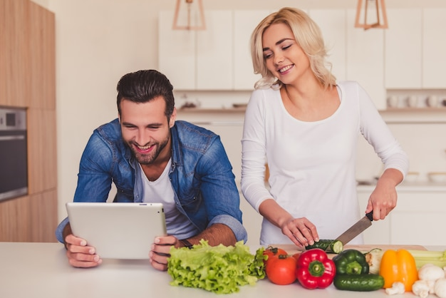 Lindo casal cozinhar