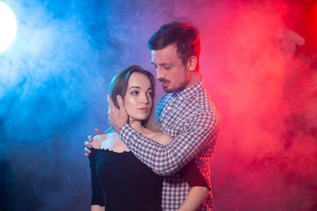 Lindo casal dançando bachata ou salsa