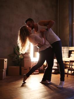 Lindo casal dançando em casa