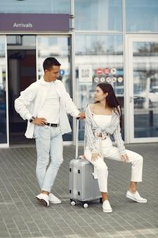 Lindo casal dançando perto do aeroporto