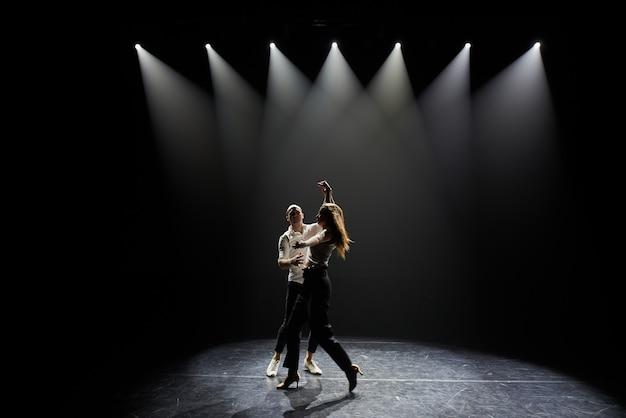 Lindo casal de artistas profissionais, dançando salsa