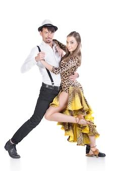 Lindo casal de dançarinos profissionais.