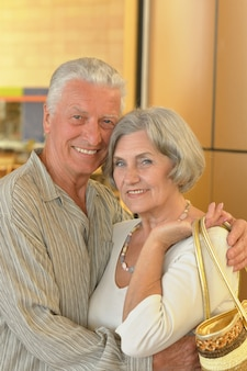 Lindo casal de idosos em um shopping center