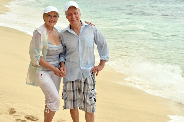Lindo casal de idosos felizes descansando em resort tropical