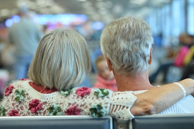 Lindo casal de idosos no fundo do shopping