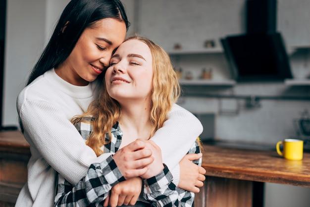 Lindo casal de lésbicas abraçando
