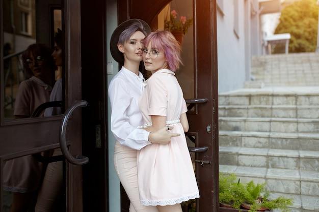 Lindo casal de lésbicas abraçando.