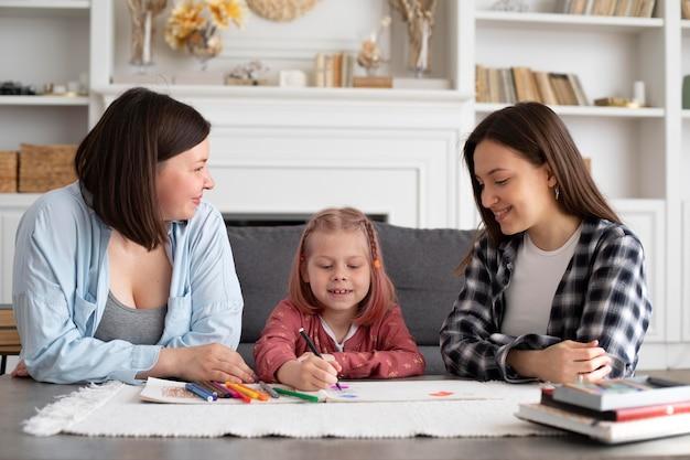 Lindo casal de lésbicas com a filha