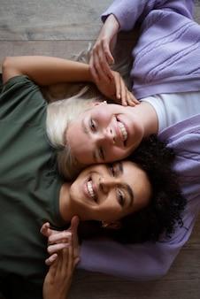 Lindo casal de lésbicas sendo carinhoso em casa