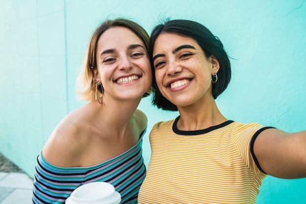 Lindo casal de lésbicas tomando uma selfie