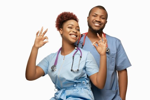 Lindo casal de médicos afro-americanos em branco