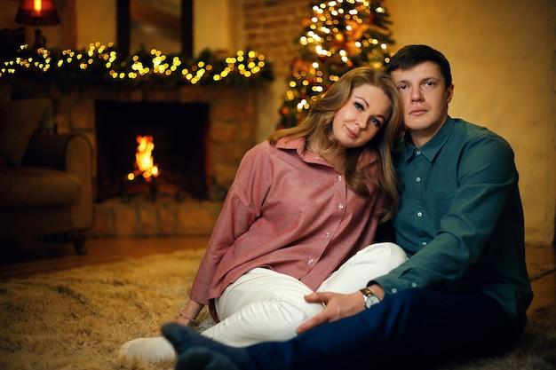 Lindo casal de meia-idade posando no interior do natal