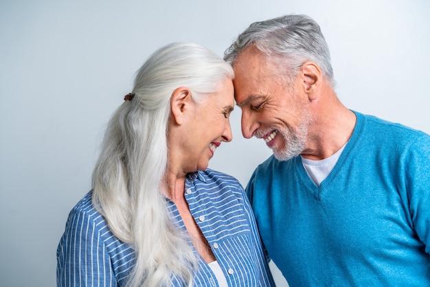 Lindo casal de namorados idosos - retrato de idosos