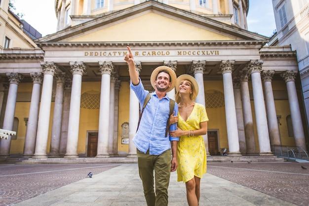 Lindo casal de namorados visitando um ponto turístico famoso