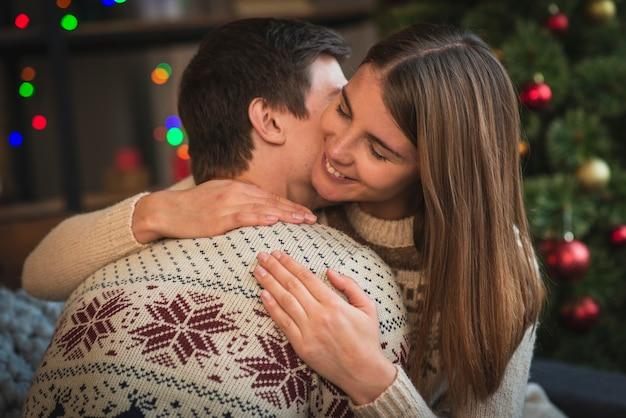 Lindo casal de natal abraçando